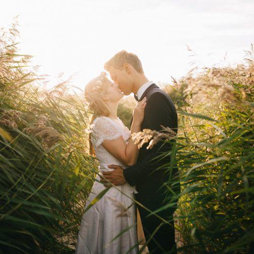 pareja de novios en jardín wedding planner