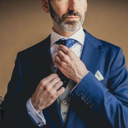 novio haciéndose la corbata