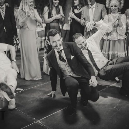 foto novio e invitados durante el baile