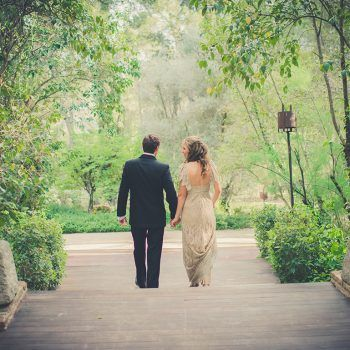 novios en jardines para una boda