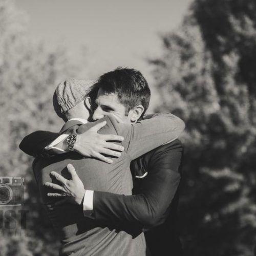 abrazo novio e invitado