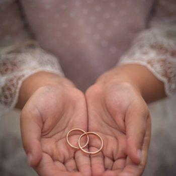 entrega de alianzas de boda